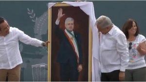 AMLO recibe regalote de dos metros en Veracruz: una pintura de él mismo (VIDEO)
