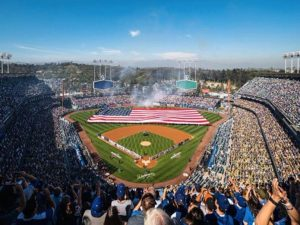 Anciana muere tras recibir pelotazo en estadio de Dodgers