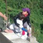 Deudas y amor no correspondido: los motivos que llevaron a esta mujer a lanzarse de un puente con su hijo en brazos