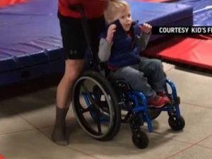 VIDEO: Niño en silla de ruedas salta en brincolín y conmueve en redes