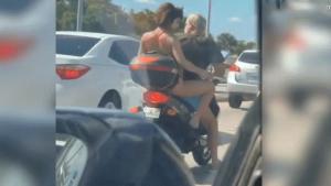 Captan a mujer rasurándose las piernas en moto