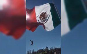 video-cae-soldado-tras-enredarse-en-bandera