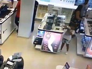 Usa a su pequeña hija para robar, ambas son detenidas (VIDEO)