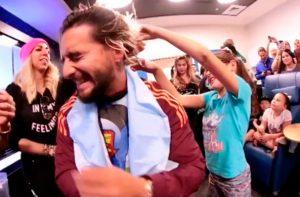 VIDEO: Maluma se corta el cabello por una buena causa