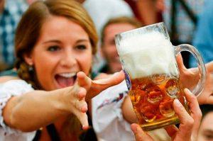 Mujeres que beben cerveza son más fieles, según la ciencia