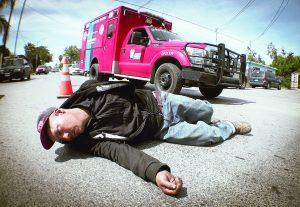 Se arroja ciclista ebrio contra autos