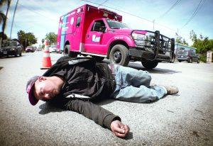 Ciclista borracho se lanza contra los autos