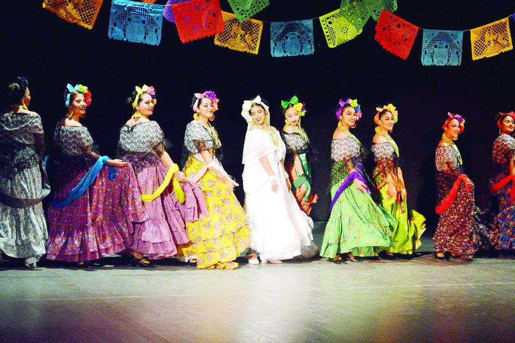Con un espectáculo lleno de color y tradicion se presentó un festival de danza folklórica para celebrar el mes de la conmemoración del Día de la Mujer