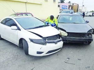 Por invadir carril  provoca accidente