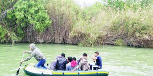 Salvan a ilegales de morir ahogados