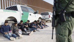 Rescatan de morir a migrantes