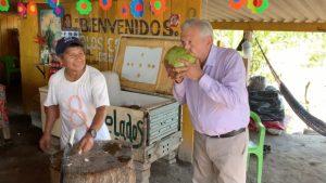 Video: AMLO se refresca bebiendo agua de coco