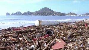 Trabajadores federales sacan basura del mar en Cabo San Lucas cada mes