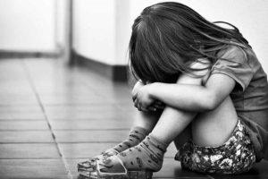 Arrestan a mujer en Arizona por abusar de 7 niños adoptados