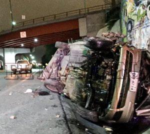 Muere mujer al caer de puente con su auto