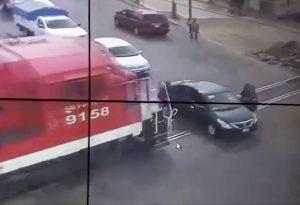 Tren y automóvil protagonizan estremecedor accidente