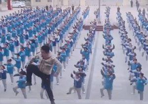 Profesor chino se hace viral por su rutina de 'Dura'