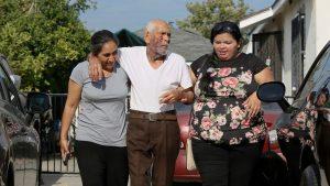 Dan 15 años de cárcel a mujer que golpeó a mexicano de 91 años