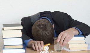 Joven droga a sus compañeros de trabajo porque estaban 'tensos'