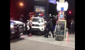 VIDEO: Esposado y sometido por policías, pide matrimonio en Culiacán