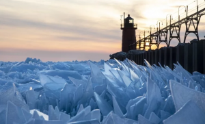 Espectaculares imágenes del deshielo en lago Michigan, EU