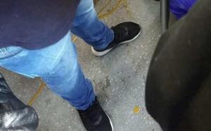 Pasajeros discriminaron adulto mayor por orinar sus pantalones y solo un joven lo ayudo