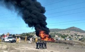 Se incendia toma clandestina en ducto de Pemex en Axapusco, Edoméx