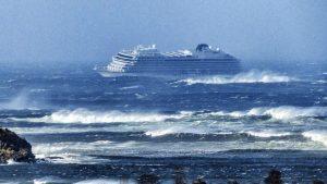 Peligroso rescate de 1.300 personas a bordo de un crucero averiado en la costa de Noruega