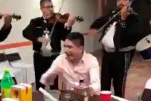 VIDEO: Mariachi le salva el pellejo a novio que salió de fiesta