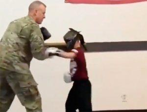 VIDEO: Soldado sorprende a su hijo tras 10 meses de no verlo