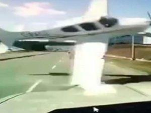 Avión pierde el control y casi se estrella contra auto en carretera