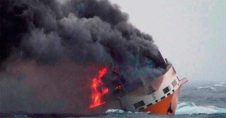 Barco se incendia y se hunde con 2 mil autos de lujo