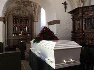 Mujer va a un velorio y muere instantáneamente en la funeraria
