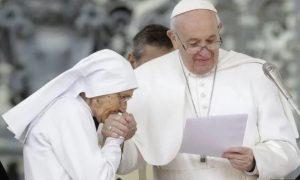 Por higiene, Papa Francisco evitó que feligreses besaran su anillo