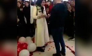 VIDEO: Le propone matrimonio a su pareja ¡y policía los arresta!
