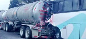 37 heridos por choque de autobús de pasajeros contra pipa de turbosina