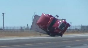 Tráiler es derribado por fuertes vientos en Texas
