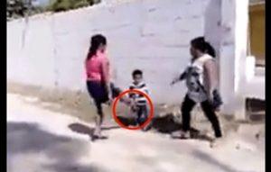 VIDEO: Señora agrede a niño durante pelea con su vecina