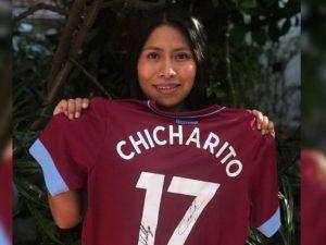 Chicharito envía playera del West Ham a Yalitza Aparicio