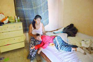 Clama ayuda; pende de hilo vida de su hijo
