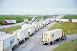 Aduana de EU quita agentes; caos en cruces