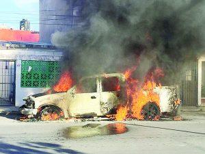 Incendio destruye camioneta en Infona