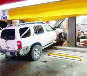 Se mete a Oxxo con su camioneta