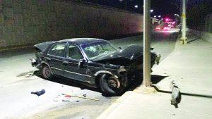 Cae con auto desde puente