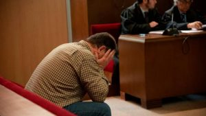 Dan 21 años de cárcel a exprofesor por abuso a menores