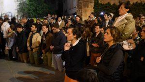 Parisinos cantan el 'Ave María' ante el incendio de Notre Dame