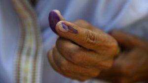 Hombre se corta un dedo tras haberse equivocado en su voto