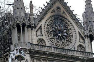 Extinguen fuego en Notre Dame; revisan edificio