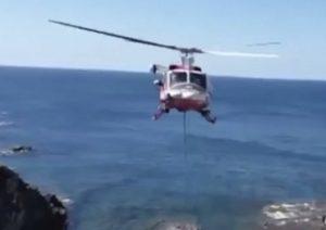 Bomberos rescatan a vaca con helicóptero