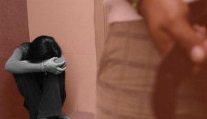 Niña avisa a maestro que fue violada en los baños y este se burla